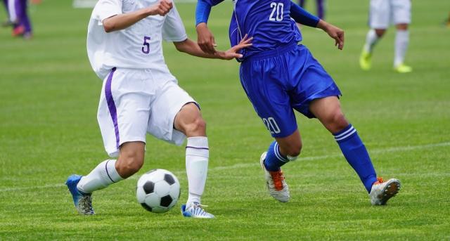 【動画あり】サッカーの1対1で負けない守備のポイントと練習方法